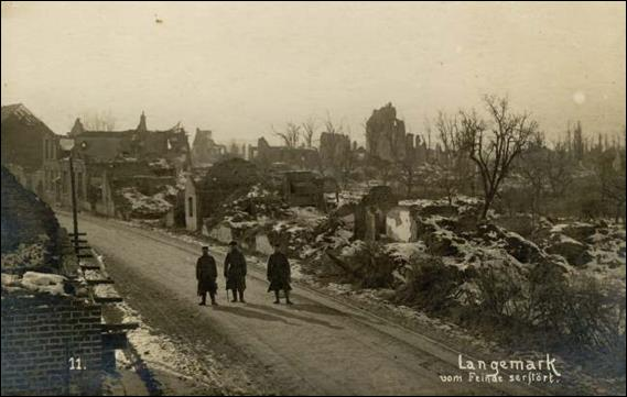 Soldiers in the streets of Langemarck during winter